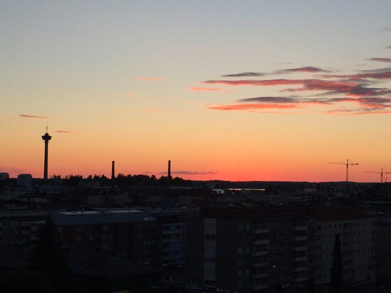 Aurinko laskee Tampereen ylle