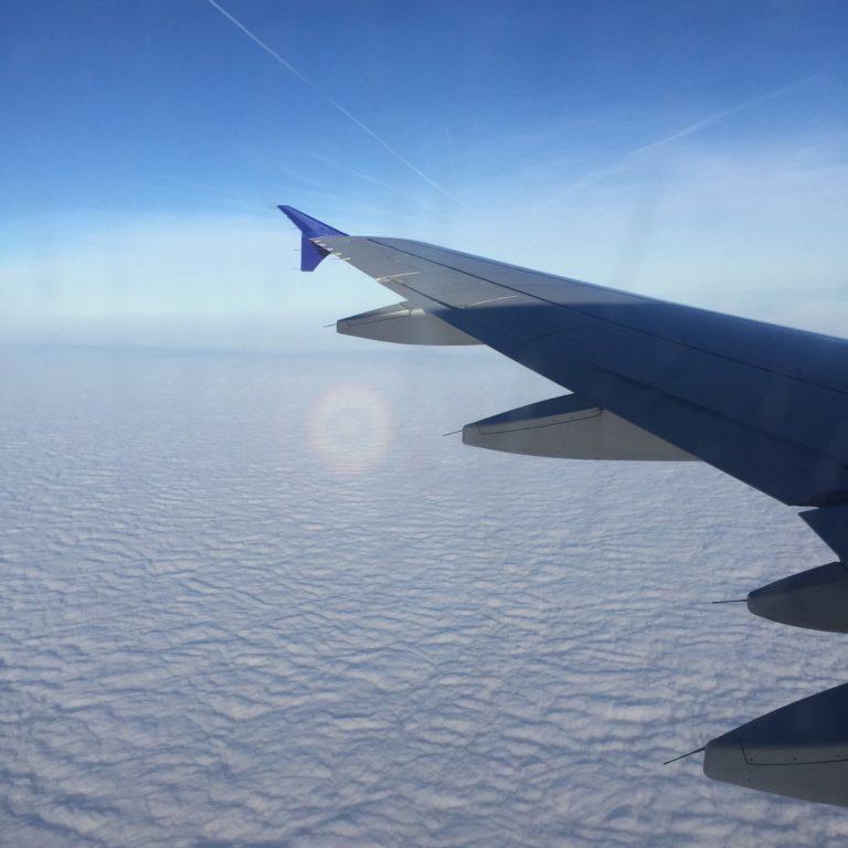 lentokoneen siipi ikkunasta kuvattuna